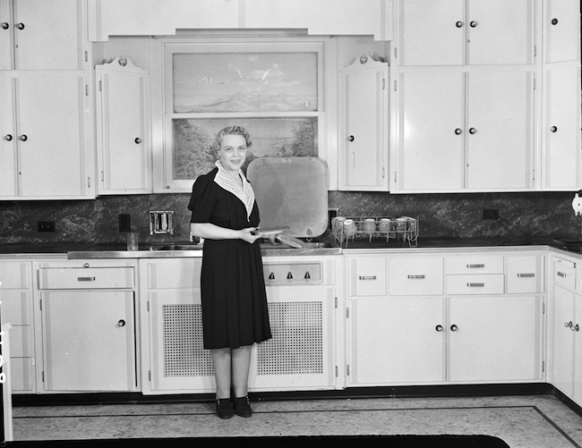 Фото: Woman in kitchen, 1939 (Seattle Municipal Archives)