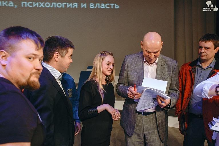 Радислав Гандапас. Харизма лидера